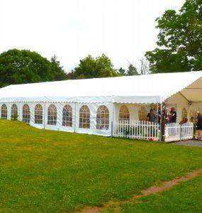 Tente barnum réputée pour sa simplicité et sa praticité principale